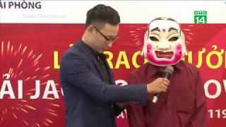 VTC14 | Người trúng Vietlott 303,89 tỷ đồng đeo mặt nạ Chú Tễu nhận giải