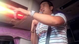 Hướng dẫn viên du lịch Đà Nẵng cười bể bụng trên xe
