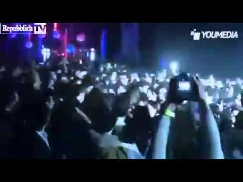 Morgan si lancia dal palco, il pubblico lo…