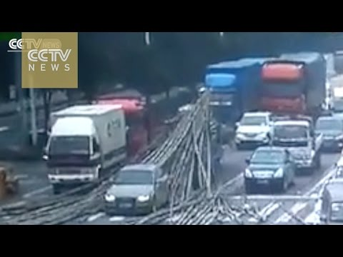 Terrifying moment:Truck's sudden stop causes bamboo to pierce car