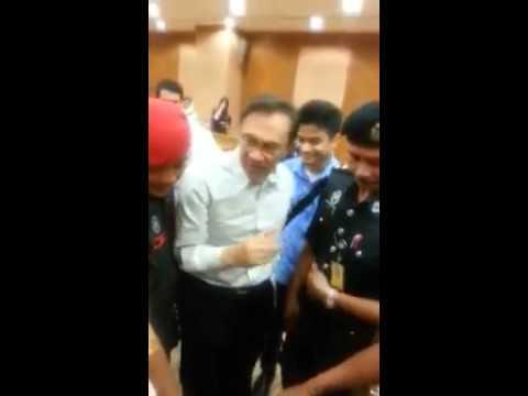 Cucu Anwar laung 'Reformasi' di mahkamah