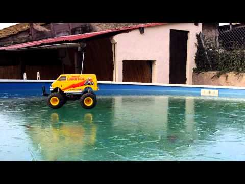 Tamiya Lunch Box sur la piscine gelée / driving on ice /  Kodak ZX1 HD