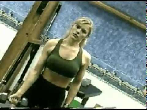 Kerri Hoskins no treinamento para encarar Sonya Blade em Mortal Kombat III