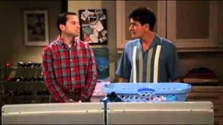 Two and a Half Men (Dois Homens e Meio) Dublado - charlie Lavando roupas