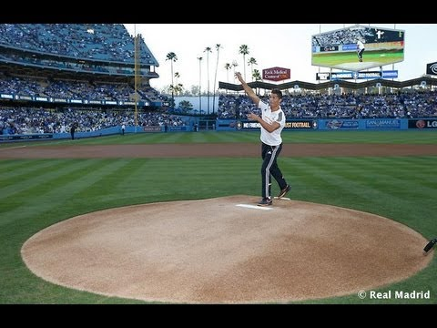Cristiano Ronaldo throws first pitch at Dodgers-Yankees baseball game