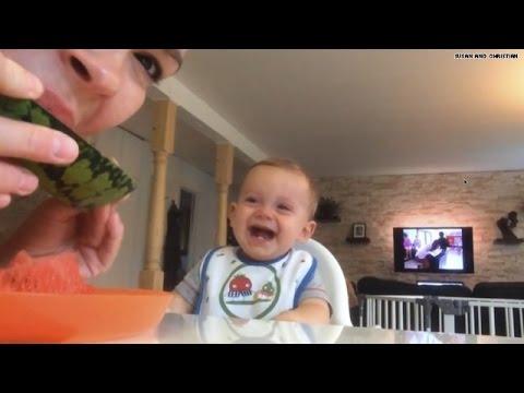 Video: un bebé ríe sin parar cuando ve a su mamá comer sandía