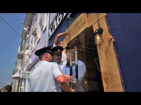 Снимают табличку с магазина Германа Стерлигова в Воронеже