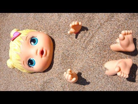 Кукла Даша на пляже, играем с песком и пляжными игрушками