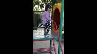 Bé chơi cầu trượt tại lớp mẫu giáo