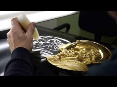 Kazimieras Stankevičius automobilio durelėse išgaubia portretą