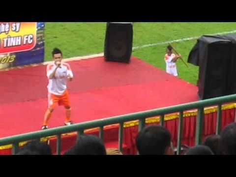 cầu thủ Phạm Trưởng hát live Trang Giấy Trắng Remix tại sân vận động