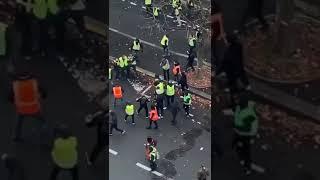 Des Gilets Jaunes se battent contre de présumés casseurs à Paris