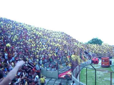 Almir Rouche canta a nova música do Sport Club do Recife.