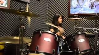 cewek cantik sangatta main drum by Muse - Hysteria