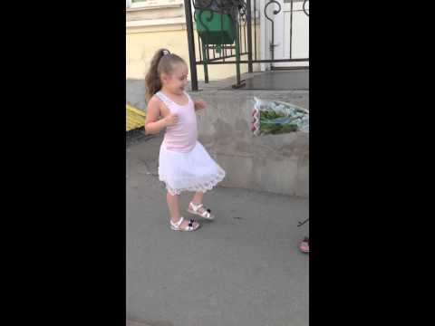 сестра учит брата правильно лизать