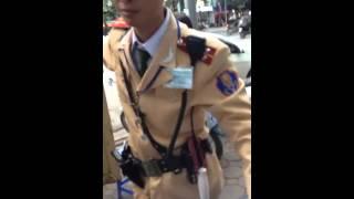CSGT cởi quân phục hẹn dân 6h tan làm