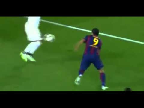 Luis Suárez intenta agredir con una coz a Thiago Silva.