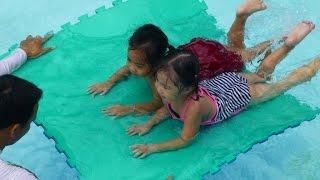 Bé tập bơi tại trường mầm non Hoa Hồng Đỏ quận 9