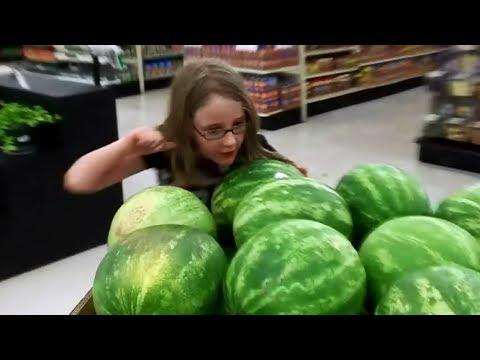 Летние фрукты в маленьком местном магазине. жизнь в Америке, жизнь в США.