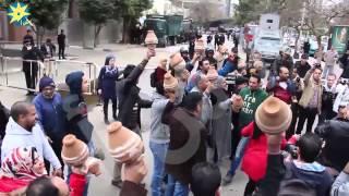 بالفيديو تكسير القلل امام السفارة القطرية