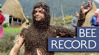 30,000匹ものミツバチを体につけて耐える男