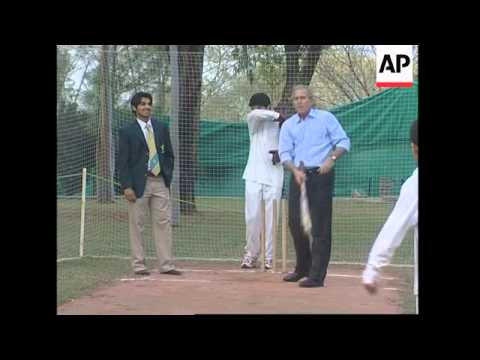 Bush plays cricket, Pakistan's favourite sport - AP coverage