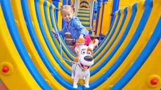 Макс и Детская площадка Влог Ходит и разговаривает сам Катаемся с горок прыгаем на батуте vlog