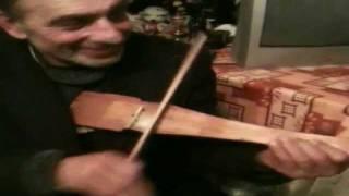 VIOARA VIITORULUI: Vioara improvizata dintr-o bucata de lemn.  INCREDIBIL!!! [Like]