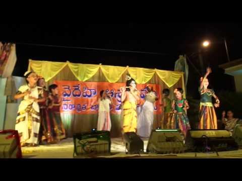 Choti Choti Gaiya Chote Chote Gwal Performance by Vaidehi Ashram...