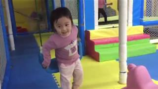 Bé Kem vui chơi các trò chơi vui vật vã trong khu vui chơi giải trí cho trẻ em