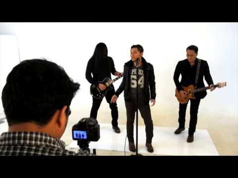 download lagu Andra and The Backbone Serba Hitam Saat Garap Video Klip gratis