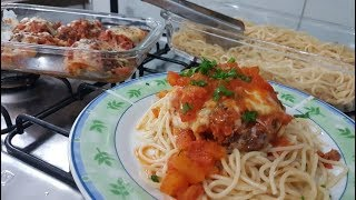Bife de carne moída com queijo e presunto ao molho de tomate caseiro.