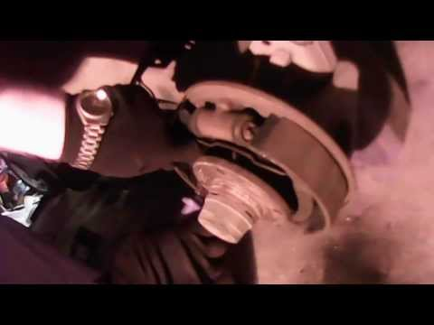 Видео как снять задние колодки