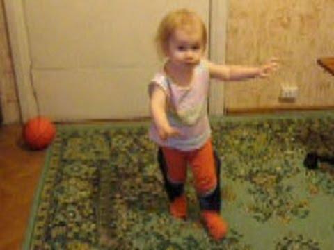 Танцующий ребенок в огромных тапках. Ржачка!