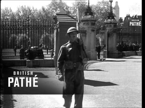 Home Guard On Duty At Buckingham Palace (0)