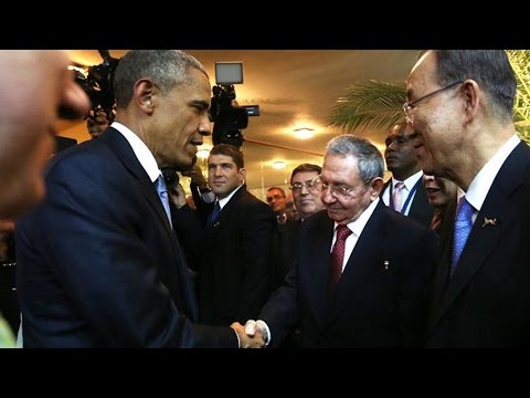 Raúl Castro y Barack Obama estrechan las manos en histórico momento.