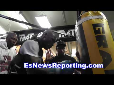 Floyd Mayweather vs manny pacquiao report says manny signed contract - EsNews
