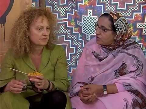 La comisaria de dOCUMENTA 13 visita la Jaima de Robin Kahn y las mujeres saharauis