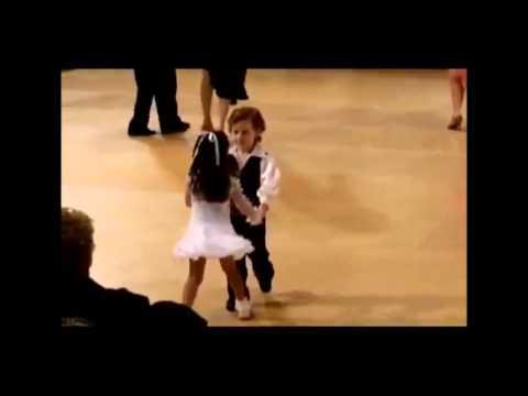 Маленькие танцуют спортивные бальные танцы, просто прелесть
