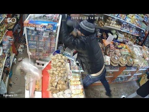 Погром магазина в Альметьевске попал на видео: грабителя с бутылкой задержали посетители и продавец
