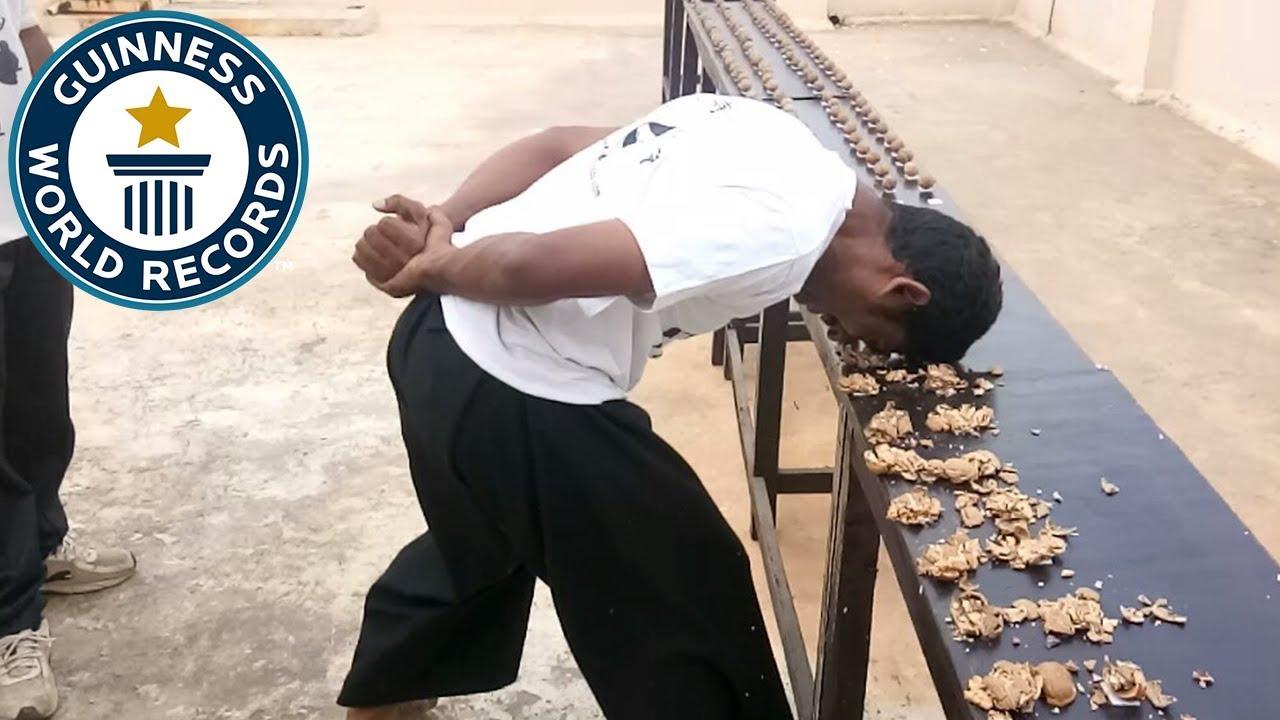 Most Walnuts Cracked Against The Head in One Minute - በአለም ድንቃድንቅ መዝገብ ላይ የሰፈረው በ 1ደቂቃ ውስጥ ብዙ ዋልነት/w