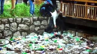 පණපිටින් සතුන්ගේ මස් කන මිනිසුන් සිටින සමාජෙක මෙන්න සැබෑම මනුස්සයෝ A dog saved in river 'Bosnia'