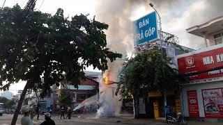Ngã tư Thủ Khoa Huân Tôn Đức Thắng TP. Phan Thiết cháy trụ điện viễn thông lúc 6 giờ sáng nhiều dây