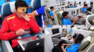"""Dàn cầu thủ VN háo hức ngồi máy bay hạng thương gia về VN,ai cũng hớn hở vỉ được tặng quà """"đặc biệt"""""""