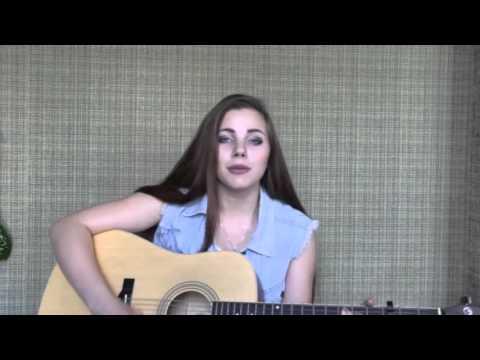 Девочка красиво поет и играет на гитаре