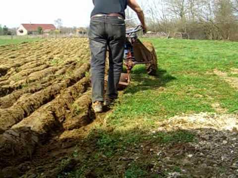 Pr paration d 39 un terrain l 39 engazonnement youtube - Niveler un terrain pour pelouse ...