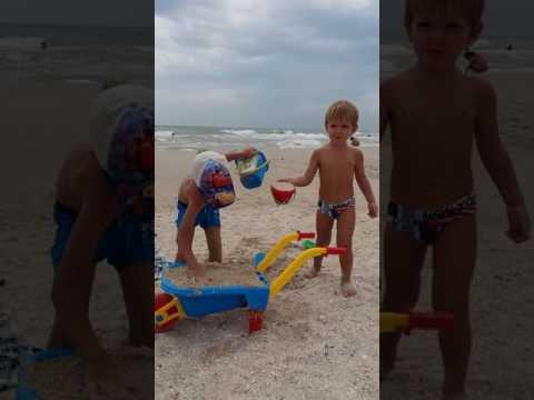 На Азовском море игры в песке. Видео для детей