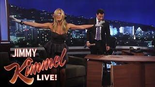 Jennifer Aniston qui d�truit le nouveau d�cor de Jimmy Kimmel