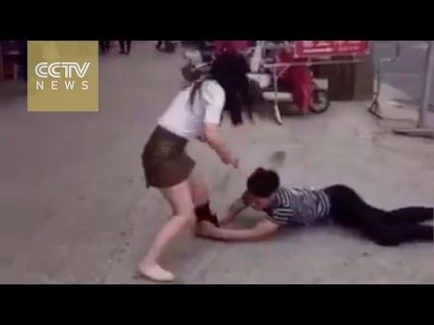 Es castigado por su novia cuando le ruega que no lo deje