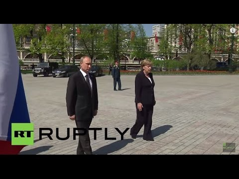 Russia: Merkel lays wreath at Tomb of the Unknown Soldier in Moscow